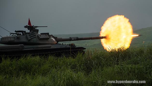 105mm砲弾が砲身から発射された瞬間 105mm砲弾が砲身から発射された瞬間の1枚。曳航する弾